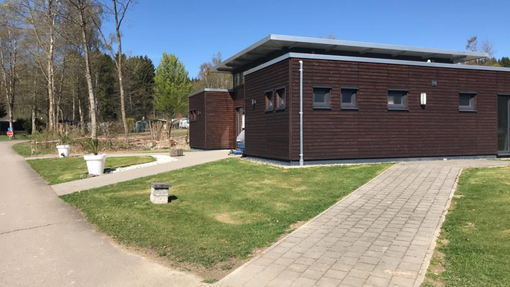 Het moderne sanitair gebouw van Camping Reinsfeld