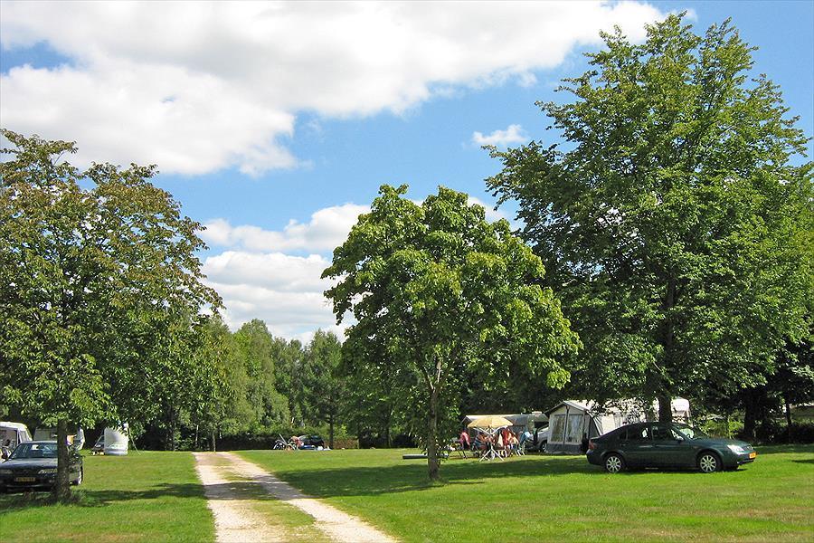 """De ruim opgezette """"Nederlandse"""" weide waar camping gasten hun tent of caravan kunnen plaatsen."""